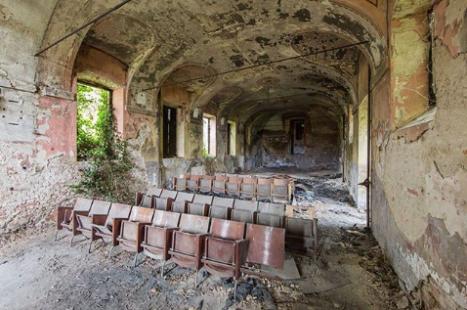 изоставено старо кино и стар театър