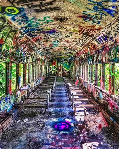 изоставен стар автобус